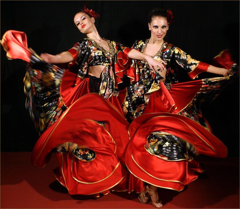 Балканский парный танец цыган исполняется мужчинами и женщинами.